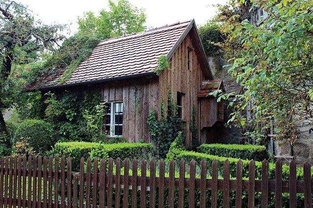staré dřevěné chatrče