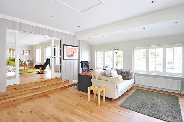 koberec před pohovkou