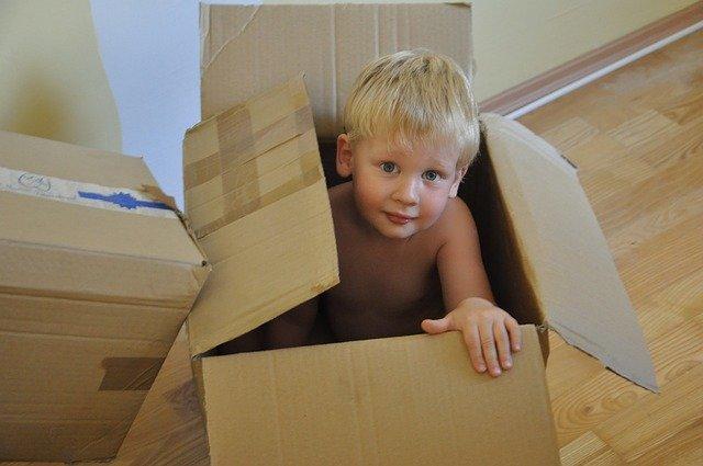 chlapec v krabici