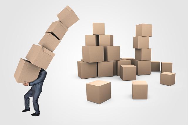 muž přenášející krabice
